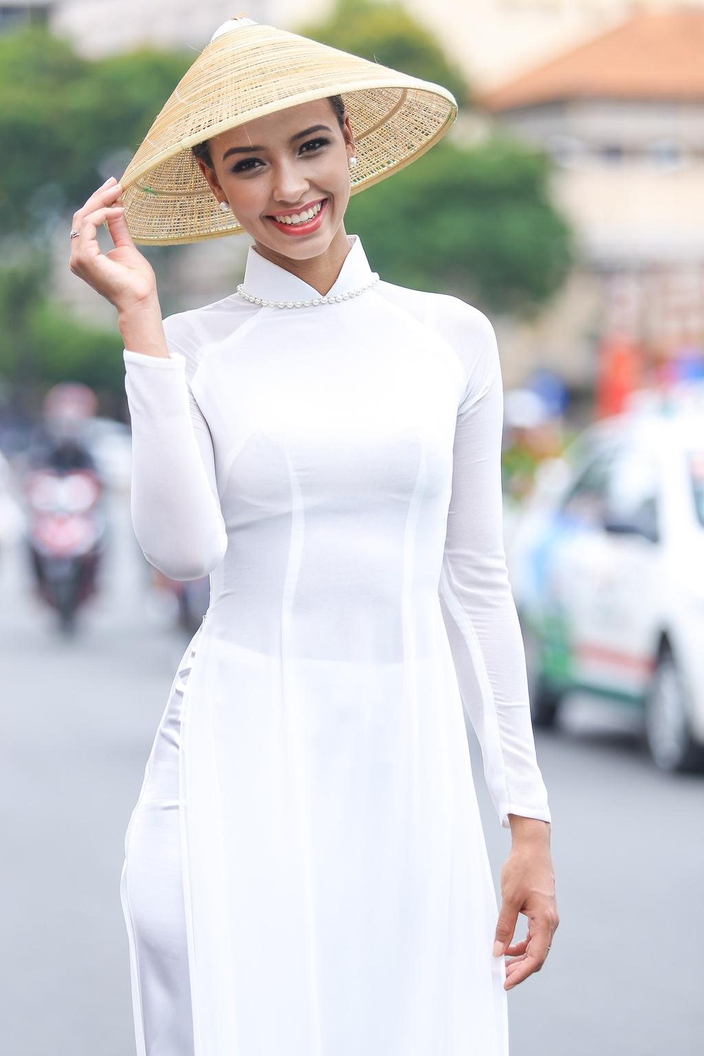 A hau Hoan vu 2015 dien ao dai trang dao pho Sai thanh hinh anh 3