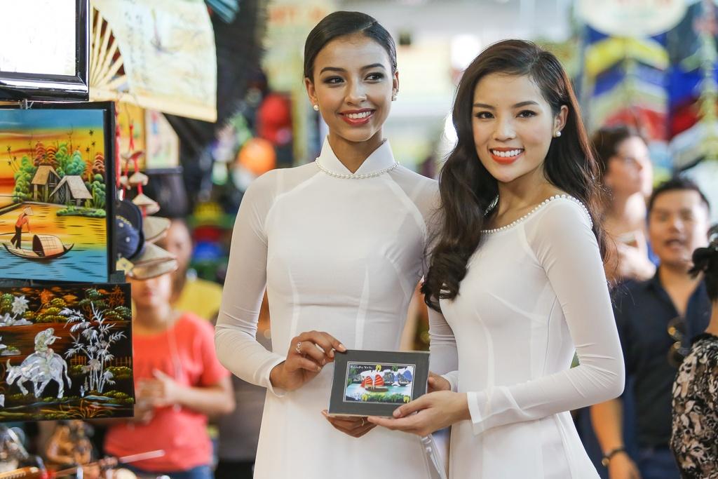 A hau Hoan vu 2015 dien ao dai trang dao pho Sai thanh hinh anh 5
