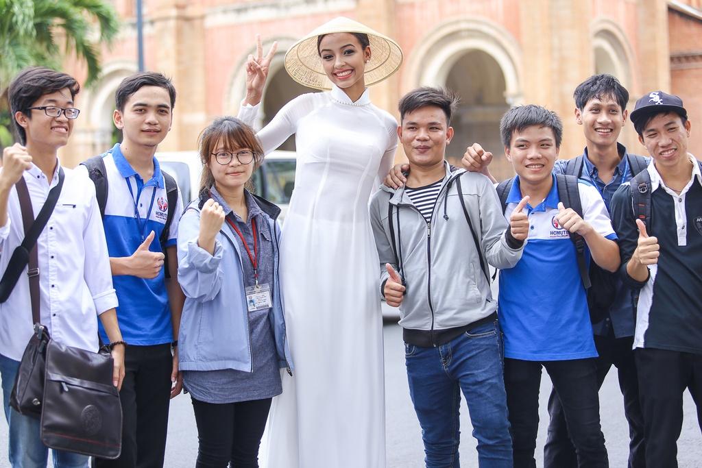 A hau Hoan vu 2015 dien ao dai trang dao pho Sai thanh hinh anh 9