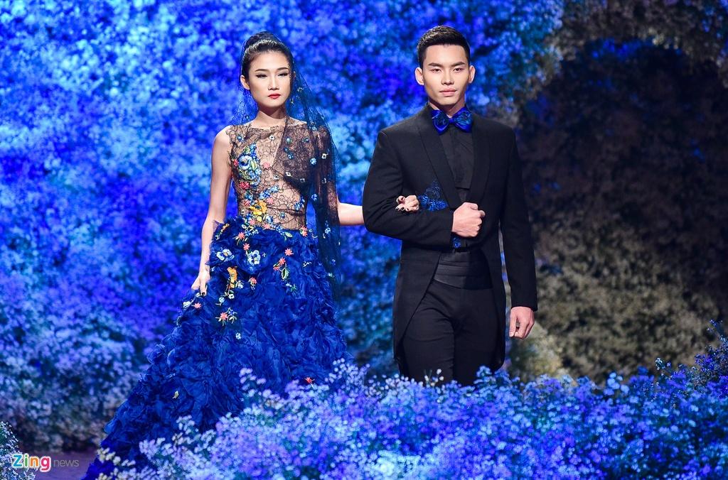 Hoa hau Phap noi bat khi catwalk cung Pham Huong hinh anh 5