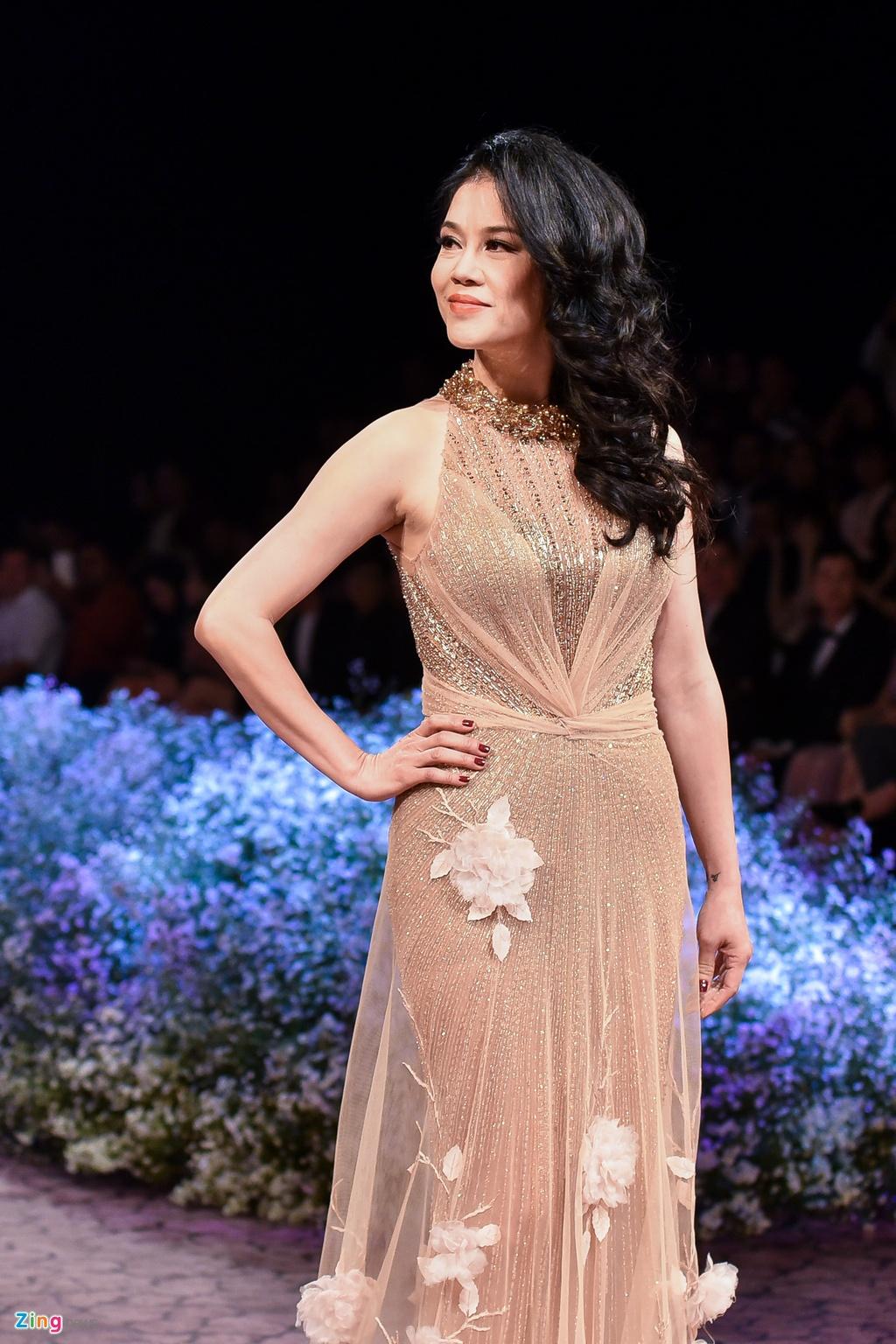 Le Quyen, Thu Phuong dien thoi trang o show Hoang Hai hinh anh 1