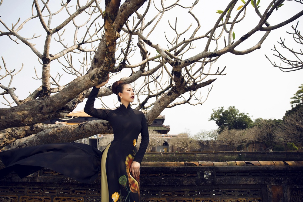 Thu Hoai dien 7 bo ao dai truyen thong chup anh o Hue hinh anh 4