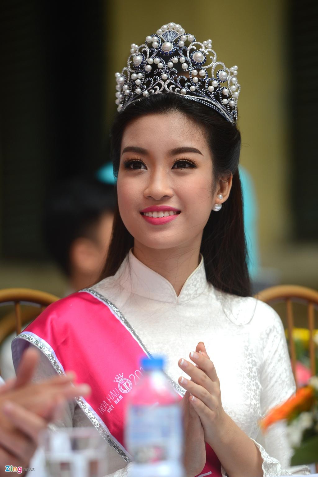 Hoa hau My Linh ve truong du khai giang nam hoc moi hinh anh 4