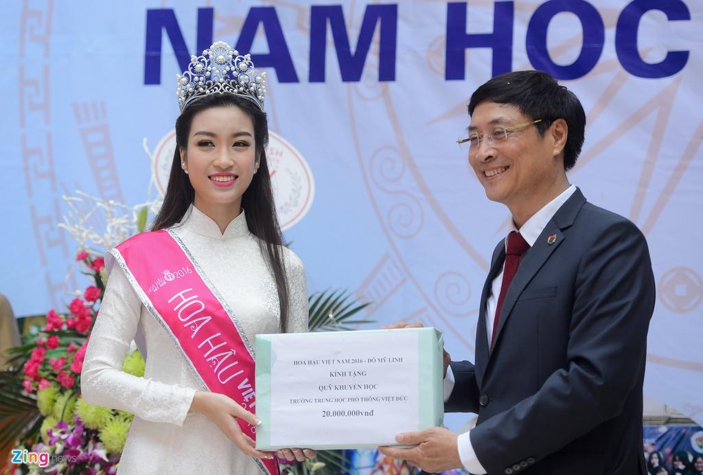 Hoa hau My Linh ve truong du khai giang nam hoc moi hinh anh 7
