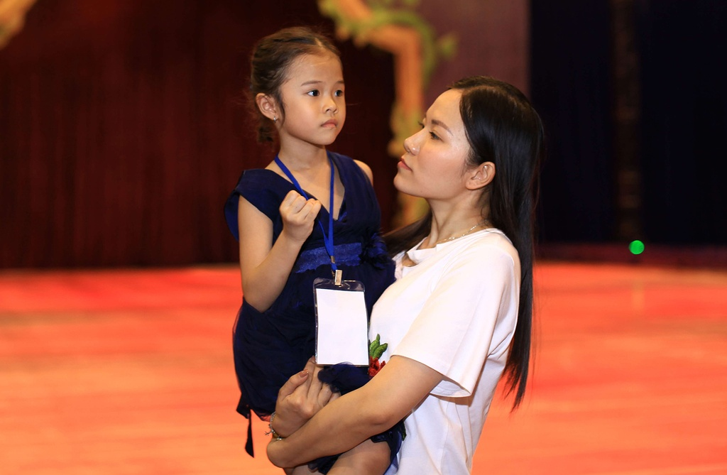 Vo cu Lam Vinh Hai dua con gai di su kien giua on ao ly hon hinh anh 7