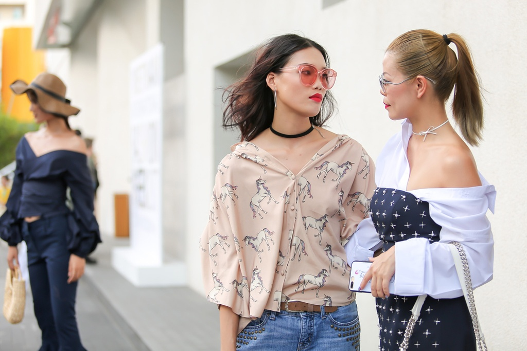 Phi Phuong Anh, Jolie Nguyen khoe sac street style hinh anh 5