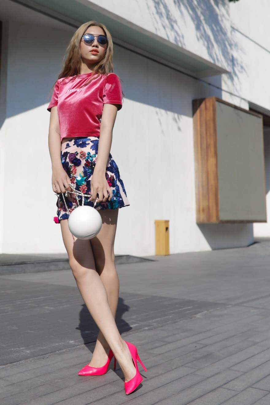 Phi Phuong Anh, Jolie Nguyen khoe sac street style hinh anh 6