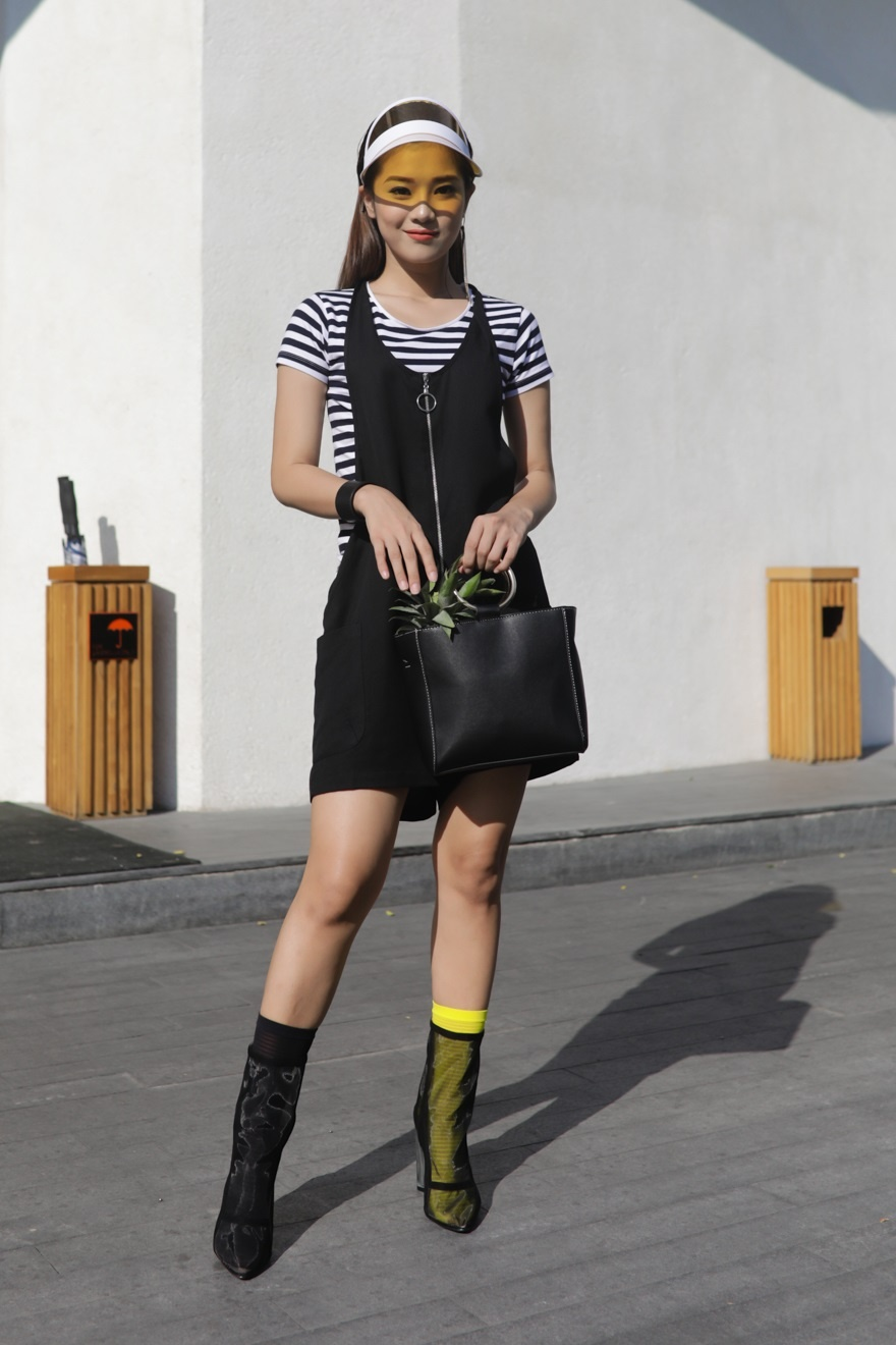 Phi Phuong Anh, Jolie Nguyen khoe sac street style hinh anh 9
