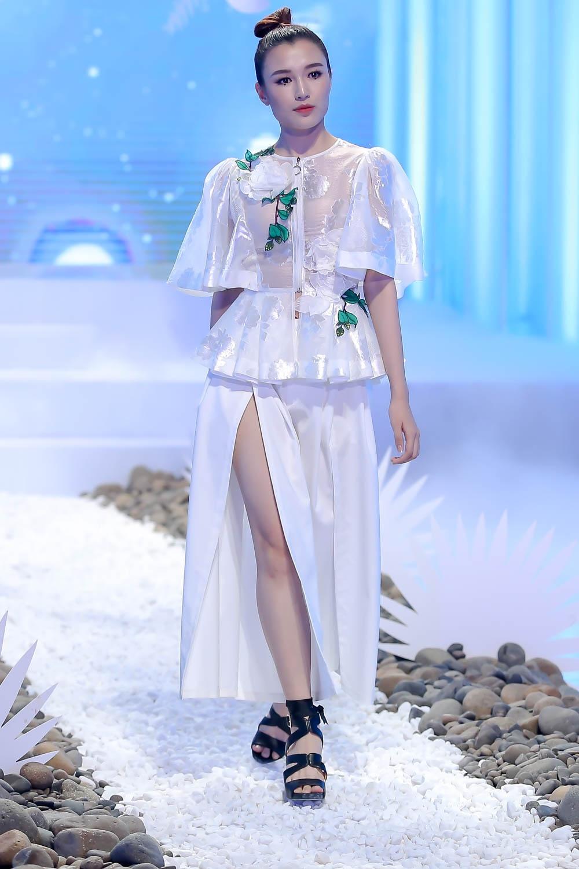 Lan Khue, Hoang Thuy che doi Minh Tu catwalk kem hinh anh 3