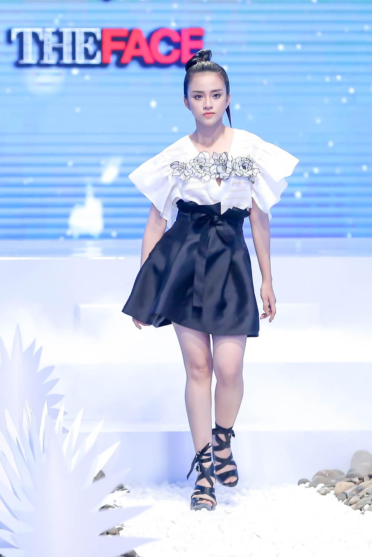 Lan Khue, Hoang Thuy che doi Minh Tu catwalk kem hinh anh 4