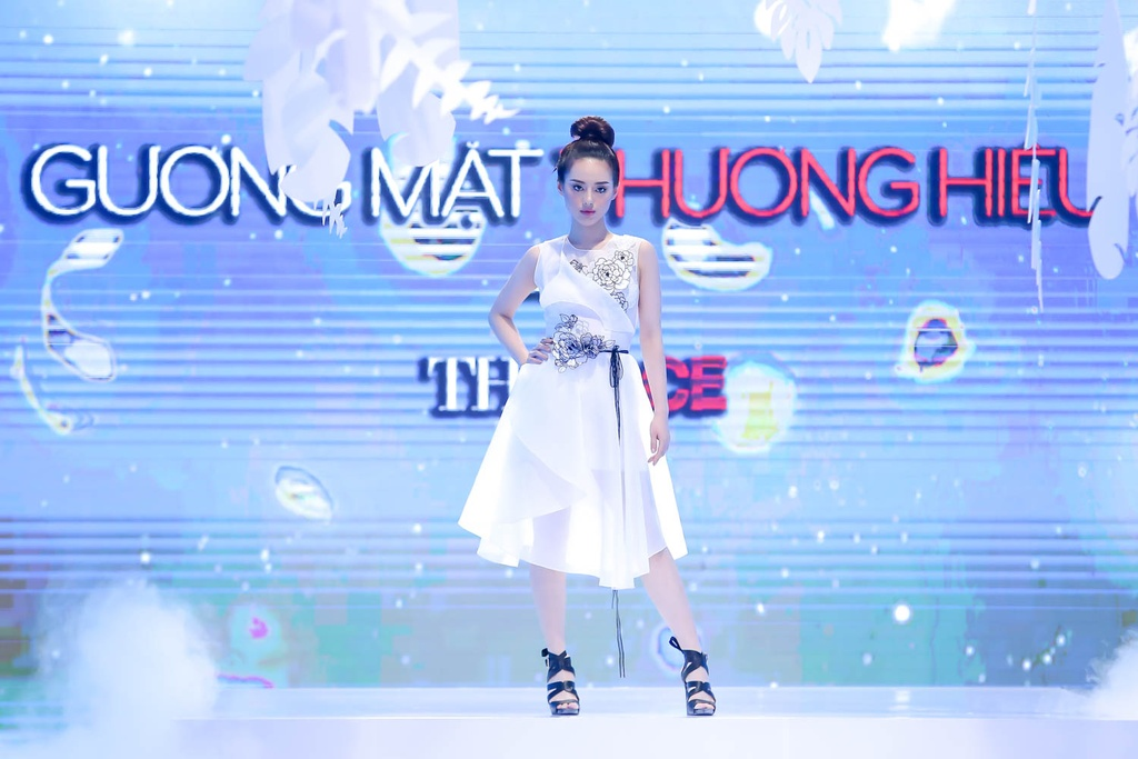 Lan Khue, Hoang Thuy che doi Minh Tu catwalk kem hinh anh 6