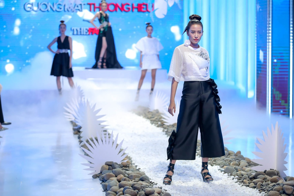 Lan Khue, Hoang Thuy che doi Minh Tu catwalk kem hinh anh 8