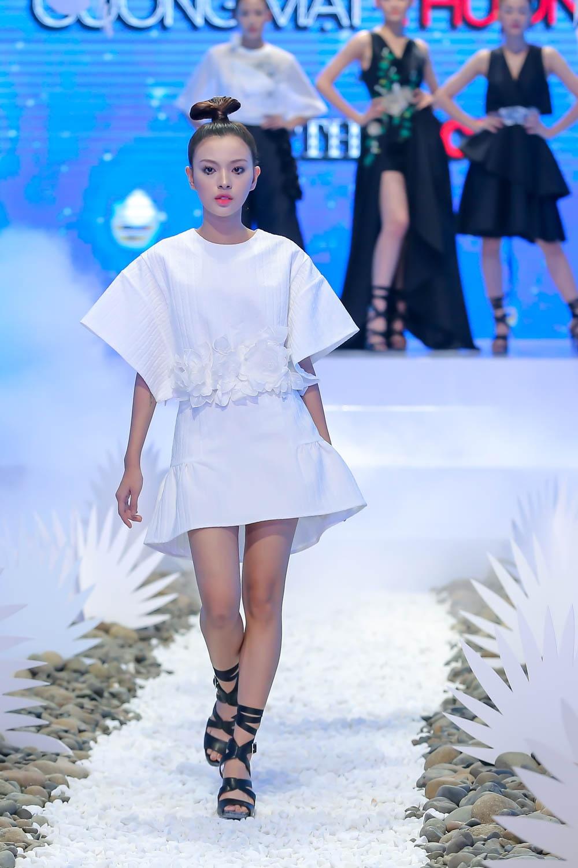 Lan Khue, Hoang Thuy che doi Minh Tu catwalk kem hinh anh 9