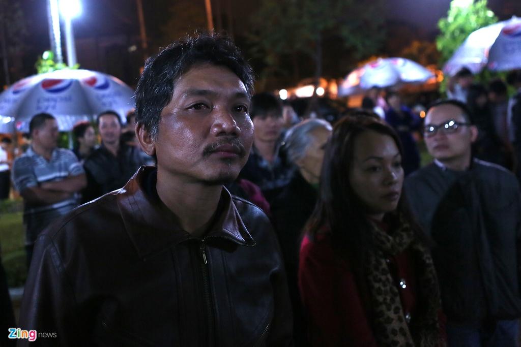 Nguoi dan khoc thuong ong Ba Thanh giua dem hinh anh 10
