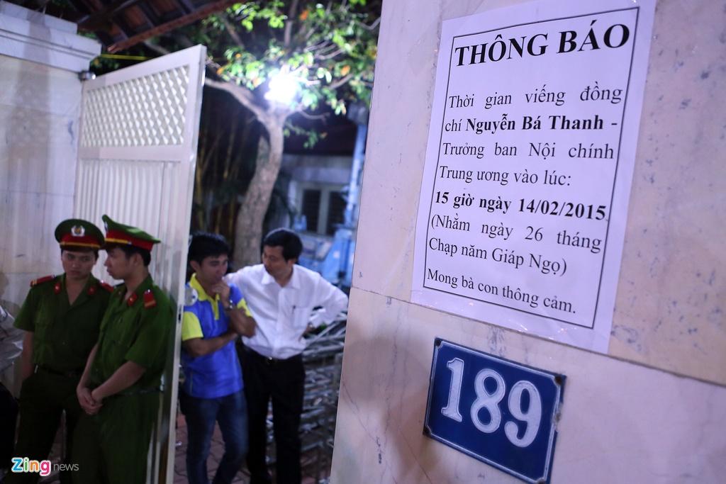 Nguoi dan khoc thuong ong Ba Thanh giua dem hinh anh 1
