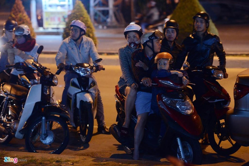 Nguoi dan khoc thuong ong Ba Thanh giua dem hinh anh 11