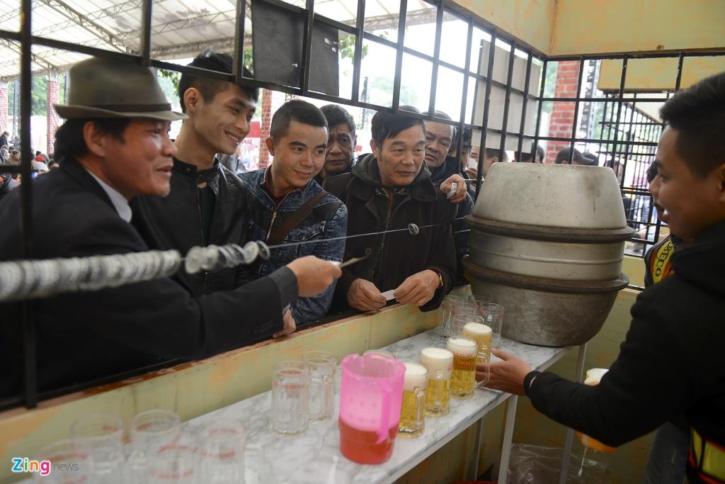 Nguoi Ha Noi xep hang mua 'bia mau dich' nhu thoi bao cap hinh anh 12