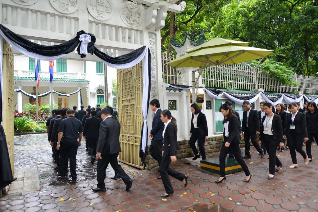 Doan nguoi xep hang vieng nha vua Thai Lan tai Ha Noi hinh anh 5