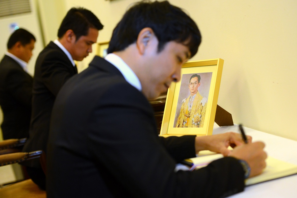 Doan nguoi xep hang vieng nha vua Thai Lan tai Ha Noi hinh anh 10