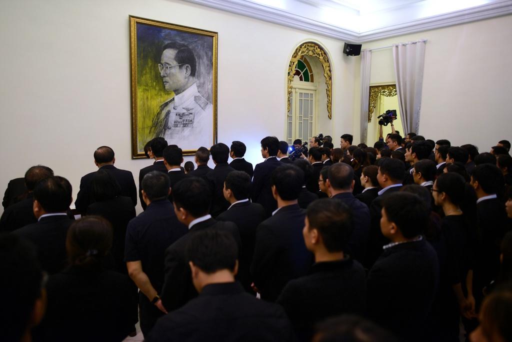 Doan nguoi xep hang vieng nha vua Thai Lan tai Ha Noi hinh anh 9