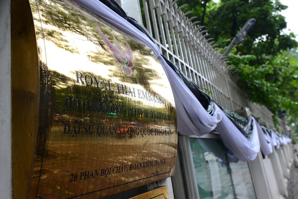 Doan nguoi xep hang vieng nha vua Thai Lan tai Ha Noi hinh anh 16