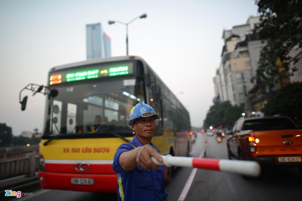 Chan mot chieu duong Kim Ma thi cong Metro hinh anh 13