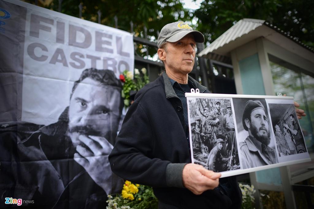 Nguoi dan ong My mang anh Fidel Castro di vieng vi nguong mo hinh anh 5