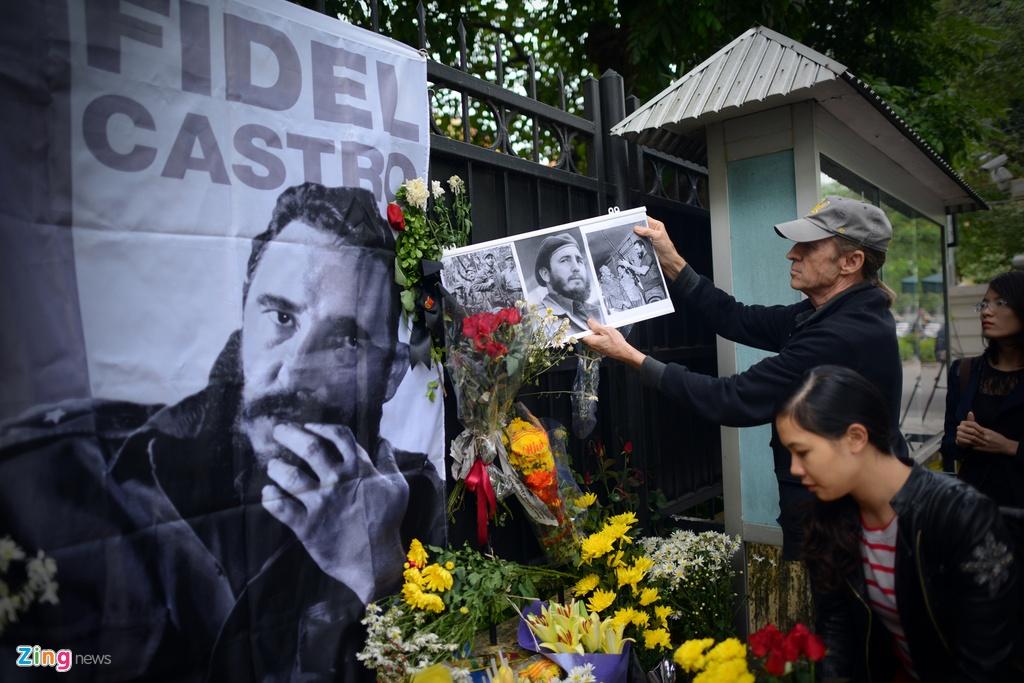 Nguoi dan ong My mang anh Fidel Castro di vieng vi nguong mo hinh anh 6