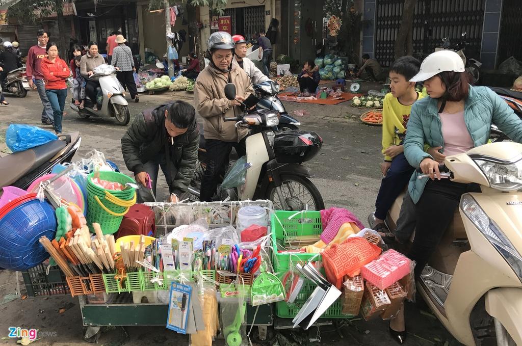 Nguoi Ha Noi tap nap mua sam trong phien cho 29 Tet hinh anh 16