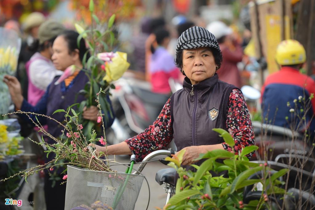 Nguoi Ha Noi tap nap mua sam trong phien cho 29 Tet hinh anh 1