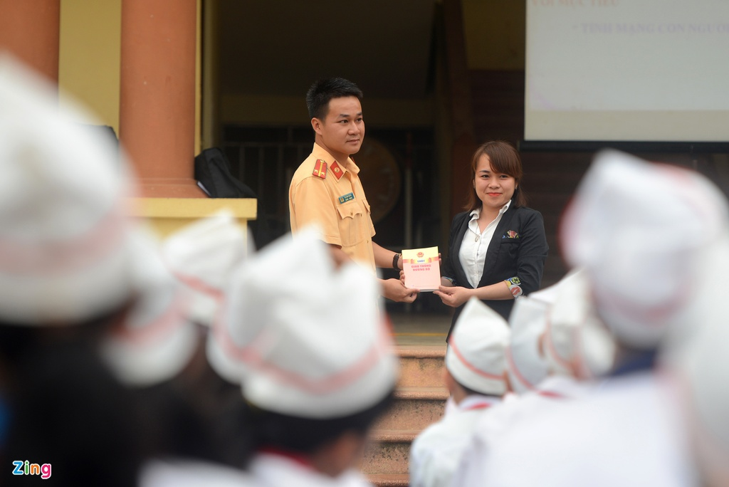 CSGT huong dan luat giao thong cho hoc sinh hinh anh 12