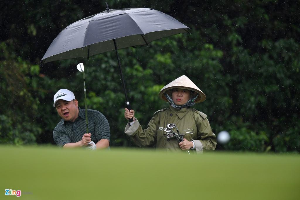 Hon 100 CEO du APEC danh golf duoi mua tam ta o Hoi An hinh anh 11