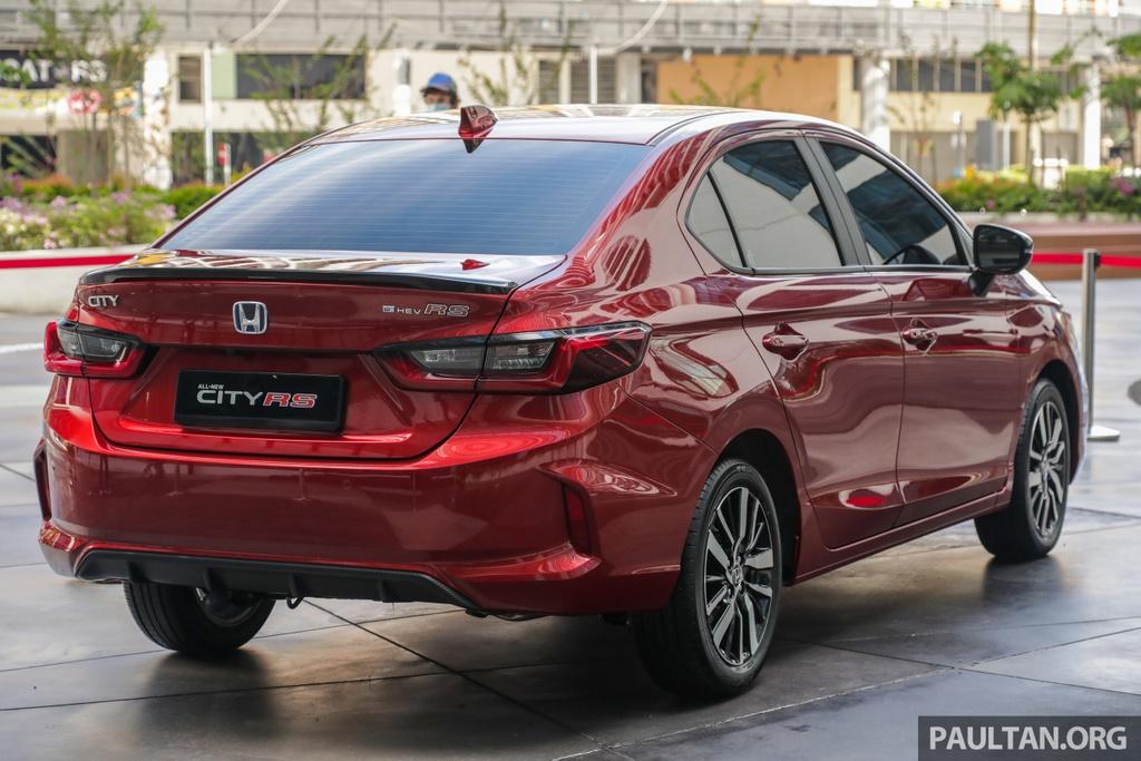 Hãng xe Nhật Bản cho biết mẫu City 2020 được ứng dụng công nghệ hybrid với tên gọi Intelligent Multi-Mode Drive (i-MMD). Hệ thống gồm động cơ xăng i-VTEC I4 dung tích 1.5L  kết hợp cùng động cơ điện, sản sinh tổng công suất đạt 108 mã lực cùng mô-men xoắn 253 Nm. Ở Thái Lan, Honda City thế hệ thứ 5 trang bị tiêu chuẩn động cơ tăng áp 1.0L có thông số 122 mã lực và 173 Nm.