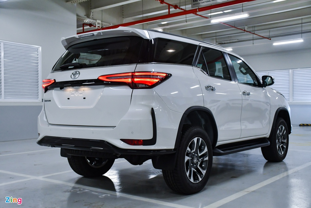 Toyota Fortuner Legender anh 2