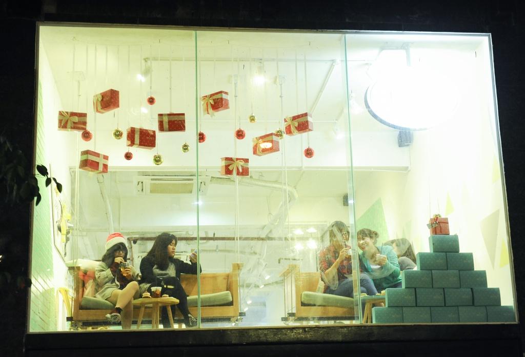 Thay vì chen lấn giữa dòng người tấp nập, các bạn trẻ này chọn cho mình một quán cà phê có view đẹp để thư thả tận hưởng không khí noel.