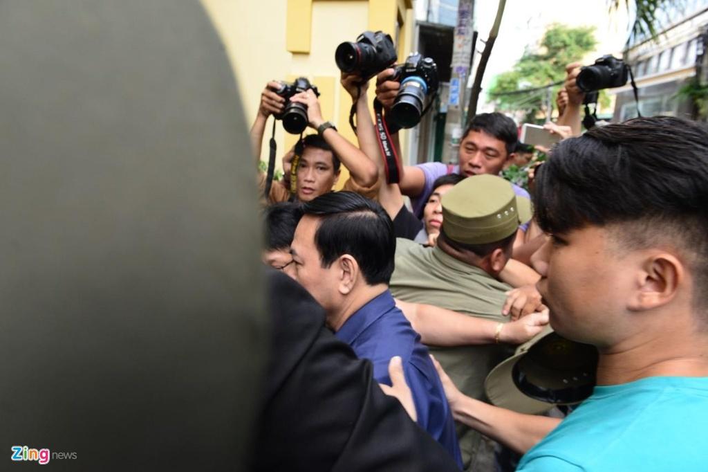 An ninh siet chat trong va ngoai phien toa xu kin Nguyen Huu Linh hinh anh 5