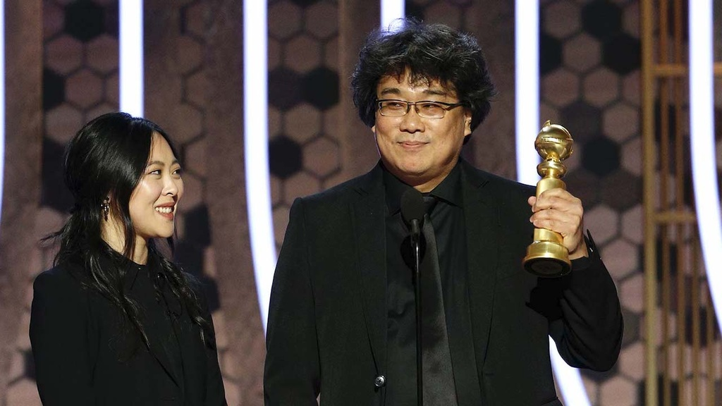 Qua cau vang 2020: Phim The chien I '1917' gianh chien thang kep hinh anh 1 bong_joon_ho_accepts_the_award_for_best_motion_picture_foreign_language_for_22parasite22_golden_globes_2020_publicity_h_2020_0.jpg