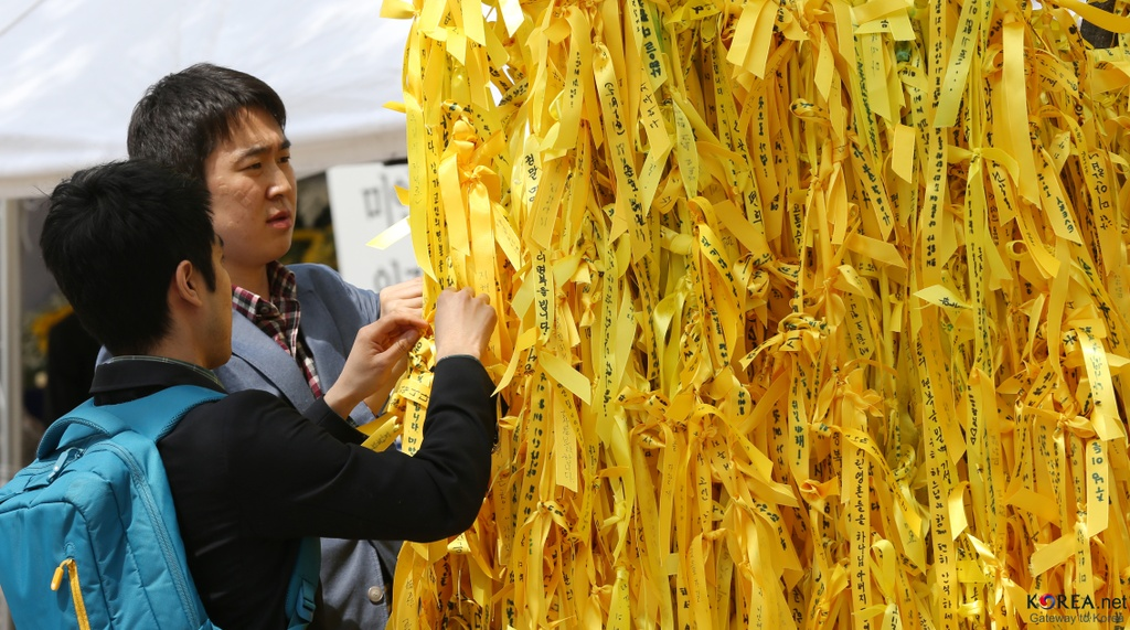 'In the Absence' - vet thuong long cua nguoi Han tu vu chim pha Sewol hinh anh 3 Yellow_ribbons_at_Seoul_Plaza_in_2014.jpg