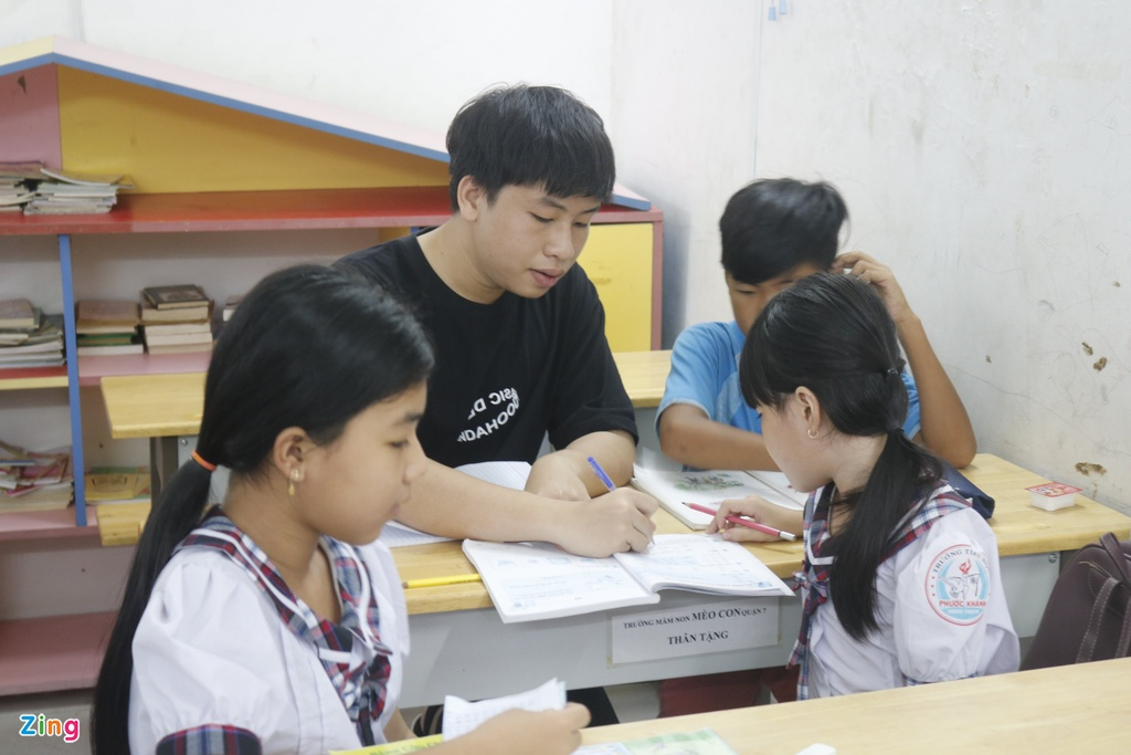 Lop hoc tinh thuong cua thay giao 9X anh 9