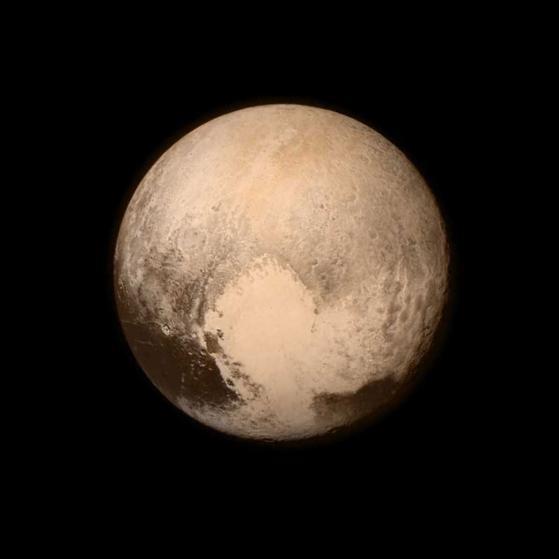 Chu tich FIFA duoi con mua tien vao top anh noi bat cua TIME hinh anh 17 Kính viễn vọng tầm xa LORRI găn trên tàu vũ trụ New Horizons của Cơ quan Hàng không Vũ trụ Mỹ (NASA) chụp sao Diêm vương ở khoảng cách 768.000 km ngày 13/7.