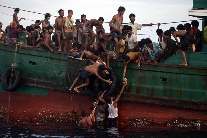 Chu tich FIFA duoi con mua tien vao top anh noi bat cua TIME hinh anh 5 Những người nhập cư Rohingya, gồm nhiều trẻ em,  trên một con thuyền ở phía Nam đảo Koh Lipe, biển Andaman nhận lương thực cứu trợ từ trực thăng của quân đội Thái Lan ngày 14/5. Thuyền được phát hiện khi di chuyển vào vùng biển Thái Lan. Hành khách trên thuyền nói một số người đã chết trong chuyến hành trình đó.