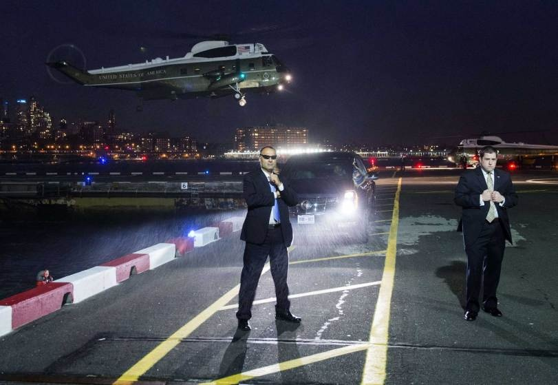 Chu tich FIFA duoi con mua tien vao top anh noi bat cua TIME hinh anh 14 Đặc nhiệm vụ Mỹ thực thi nhiệm vụ khi Không lực Một của Tổng thống Barack Obama chẩn bị đỗ xuống đường băng dành cho trực thăngDowntown Manhattan ở thành phố New York ngày 2/11.