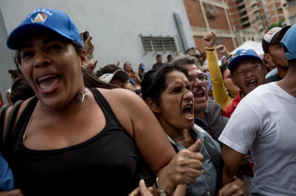 Nguoi Venezuela an xoai, khoai lang tru bua giua khung hoang hinh anh 1