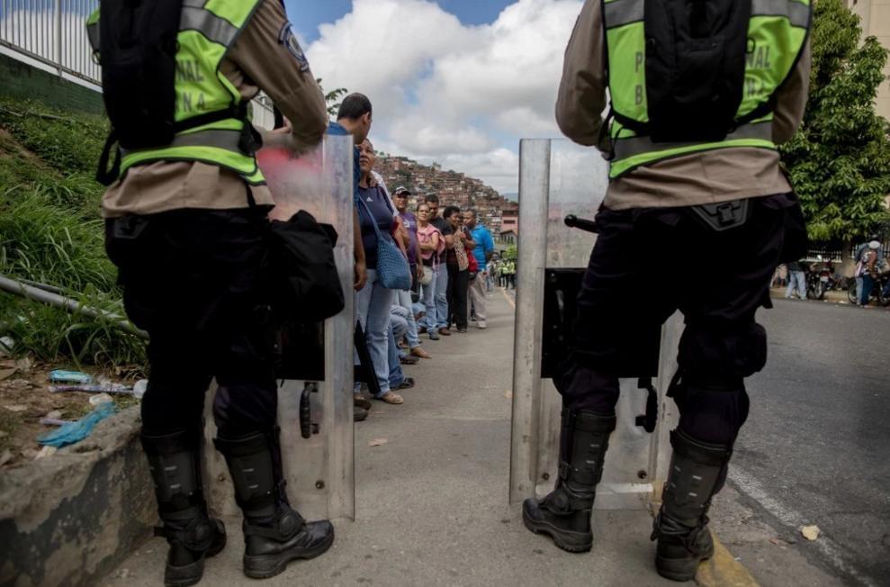 Nguoi Venezuela an xoai, khoai lang tru bua giua khung hoang hinh anh 14