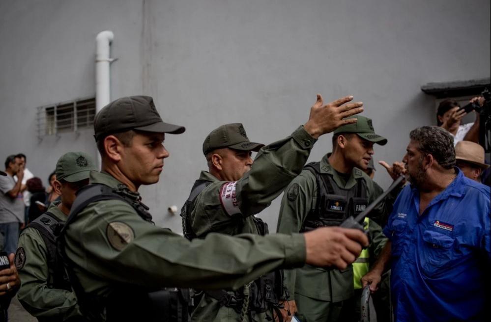 Nguoi Venezuela an xoai, khoai lang tru bua giua khung hoang hinh anh 15