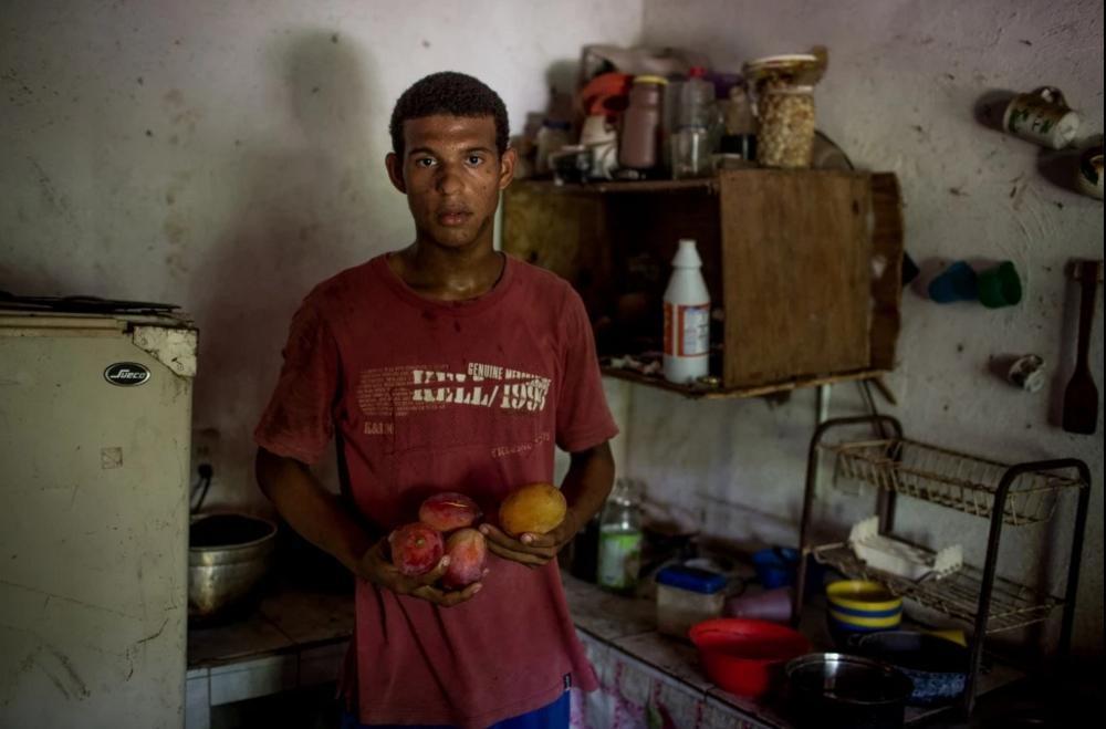Nguoi Venezuela an xoai, khoai lang tru bua giua khung hoang hinh anh 6