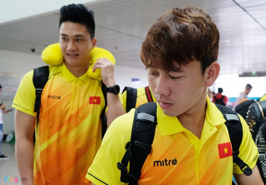 Thanh Chung lang le ra ve khi Olympic Viet Nam len duong du ASIAD hinh anh 1