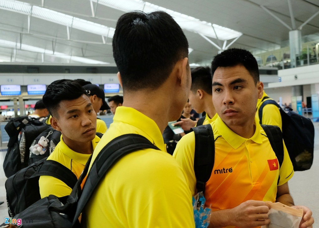 Thanh Chung lang le ra ve khi Olympic Viet Nam len duong du ASIAD hinh anh 2
