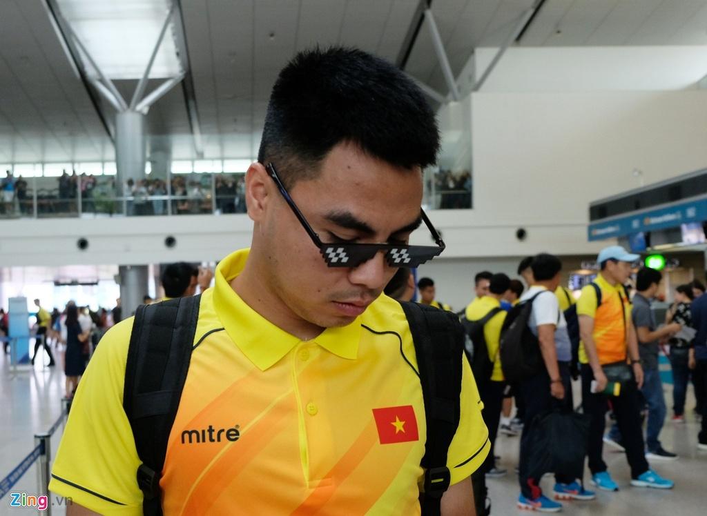 Thanh Chung lang le ra ve khi Olympic Viet Nam len duong du ASIAD hinh anh 3