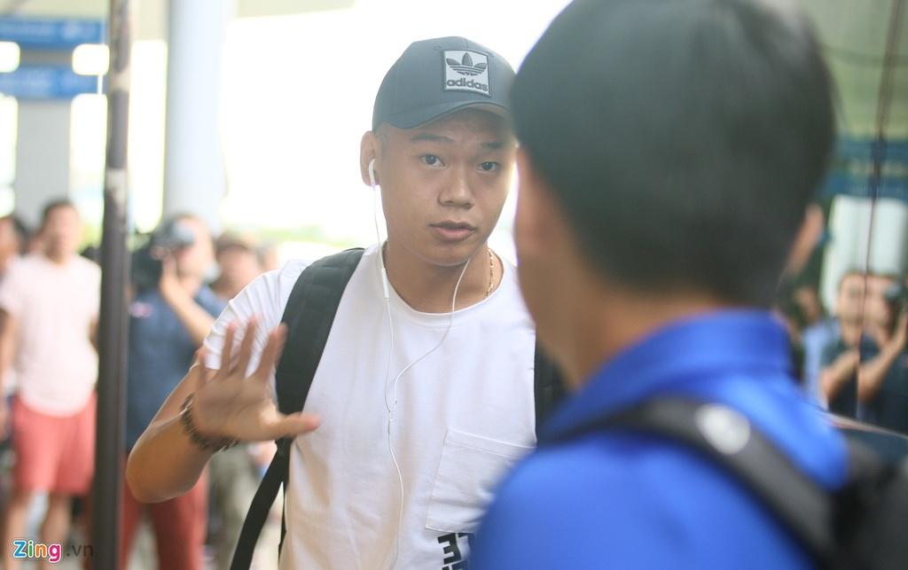 Thanh Chung lang le ra ve khi Olympic Viet Nam len duong du ASIAD hinh anh 5
